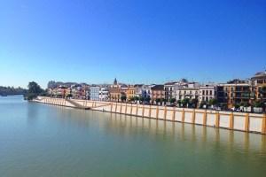セビリアのトリアナ橋から見たトリアナ地区