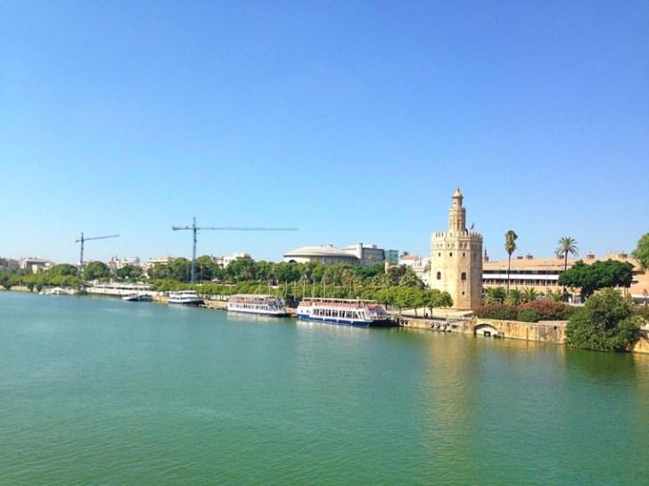セビリアのグアダルキビル川と黄金の塔