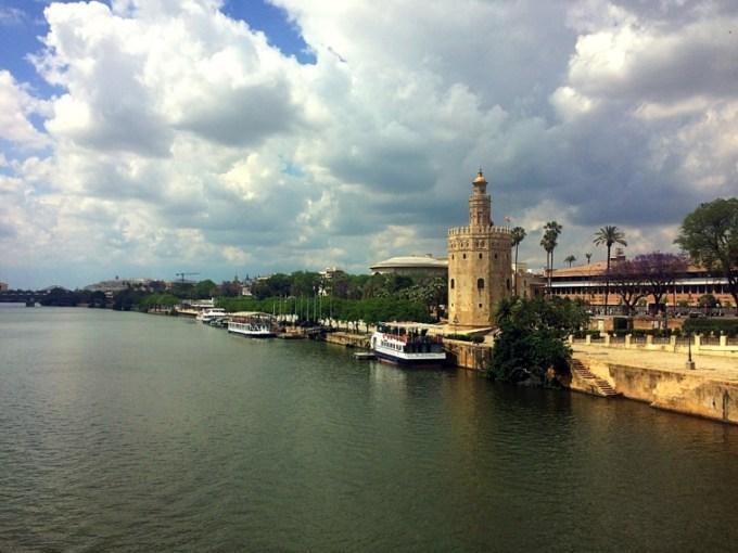 サンテルモ橋から見たセビリアの黄金の塔を