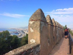 マラガのヒブラルファロ城の城壁とマラガ港