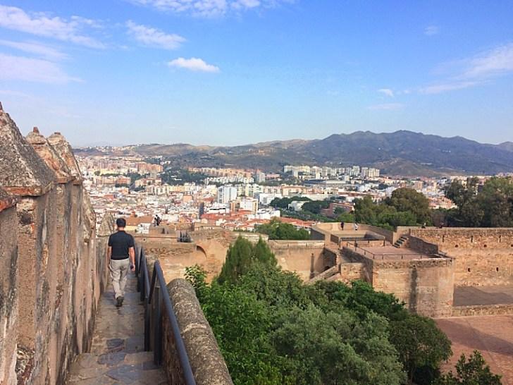 マラガのヒブラルファロ城の城壁を歩く