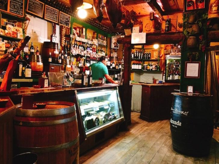 トリアナのバル『La Antigua Abacería』の店内