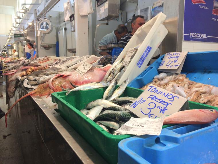 スペインのカディスの市場の魚介類