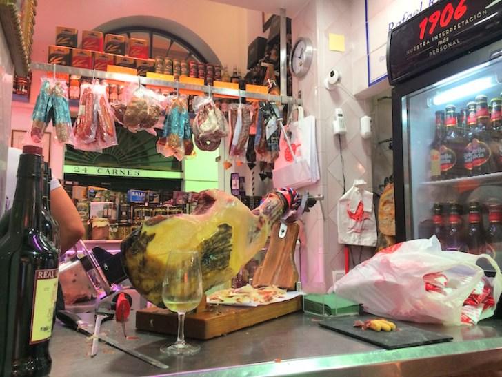 セビーリャのフェリア市場の生ハム