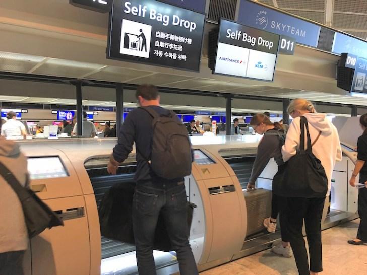 成田空港KLMの自動手荷物預け機