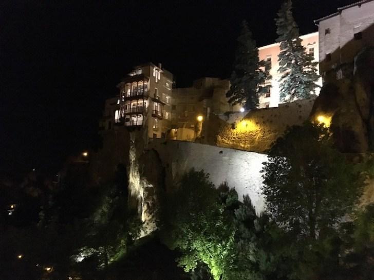 クエンカの宙吊りの家の夜景