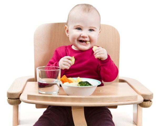 Anak Belajar Makan Sendiri.