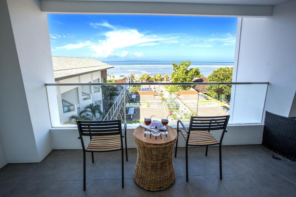 Balkon yang Menghadap Laut Benoa Sea Suites Nusa Dua Bali