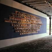 Instalación mural sobre dos muros, de 310 fotografías impresas a inyección de tinta, de 21,7 x 27,9 cm. c/u.