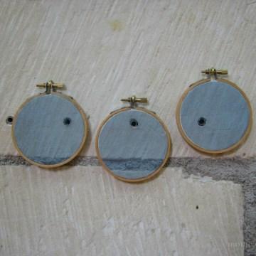 Instalación de siete bordados hechos a mano y transfer fotográfico sobre tela de algodón