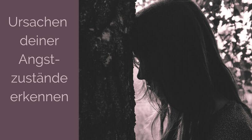 Angstzustände, junge Frau lehnt den Kopf traurig an einen Baum