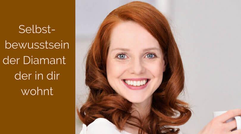 Selbstbewusstsein, junge Frau lächelt selbstbewusst in die Kamera