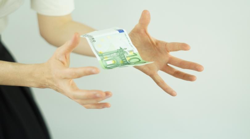 Geldschein fliegt aus der Hand
