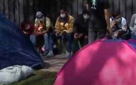"""M?s de 200 venezolanos pernoctan frente a su embajada en Chile.Piden un cupo para el """"Vuelta a la Patria"""", sin dinero como consecuencia del coronavirus."""