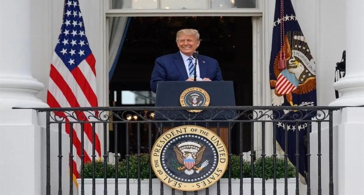 Trump reaparece en un acto en la Casa Blanca en medio de críticas