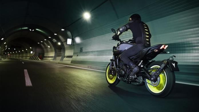 2017-yamaha-mt-09-eu-night-fluo-action-004