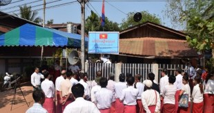 Members of the All Mon Region Democratic Party re-post the Taungpyin party signboard after a massive walkout last weekend. (Photo: MNA)