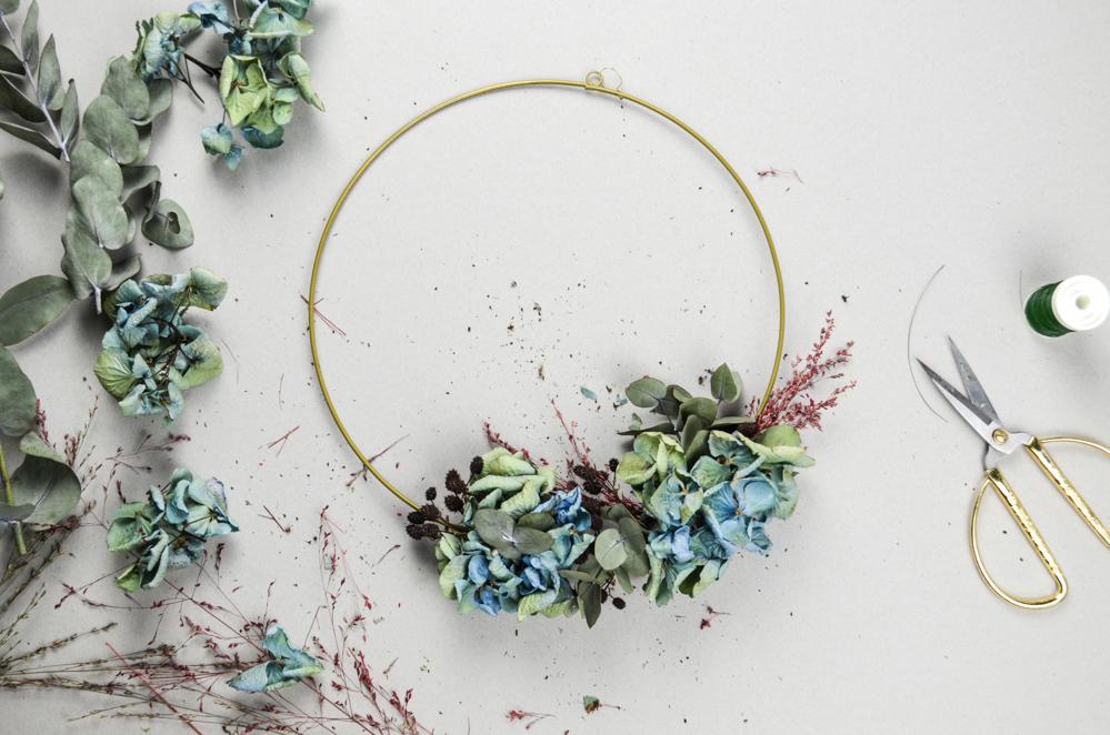 DIY Trockenblumenkranz mit Hortensien, Eukalyptus und Gräsern selber binden