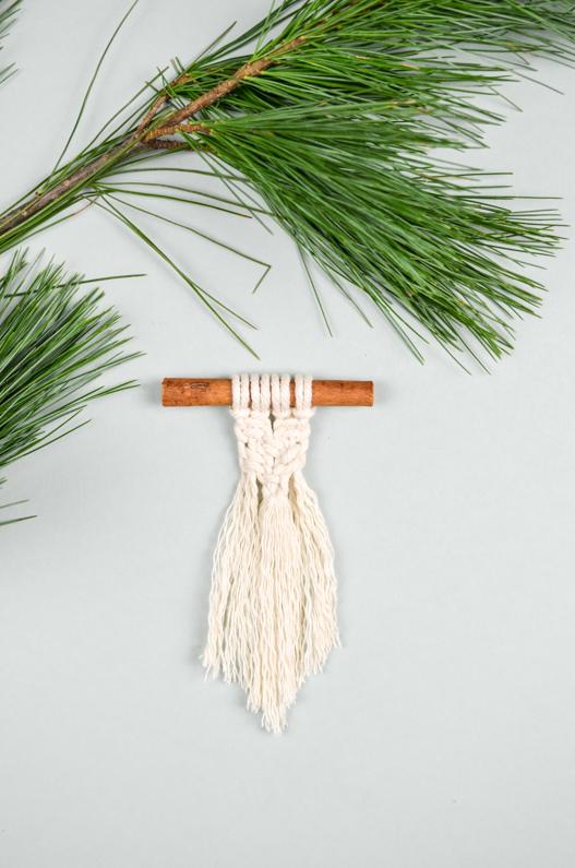 DIY Anleitung für einen Weihnachtsbaumschmuck aus Makramee
