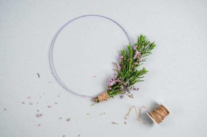 DIY-Anleitung für einen schnellen Türkranz mit Rosmarin und Trockenblumen