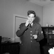 elvis-presley-eating-before-at-press-conference-in-germany-march-1960