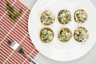 ciuperci umplute opt 2055342111 - Cine livrează mâncare raw vegană în București?