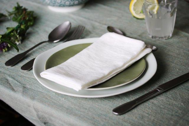 déco de table éthique au style champêtre avec des verres duralex, des assiettes en grès naturel couleur amande et romarin et une nappe en lin