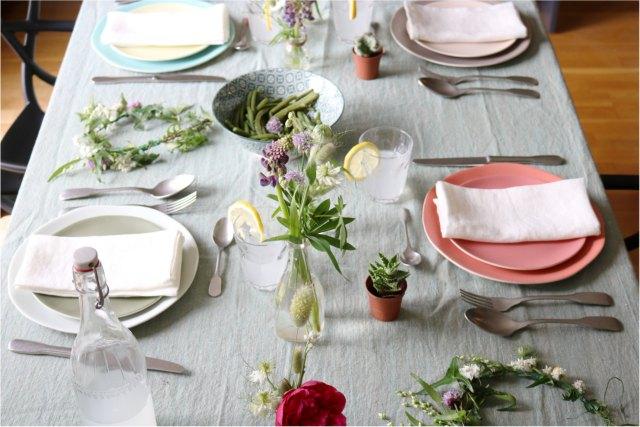 déco de table éthique au style champêtre avec des verres duralex, des assiettes en grès naturel et une nappe en lin