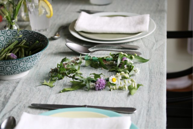 déco de table éthique au style champêtre avec des assiettes en grès naturel et une nappe en lin