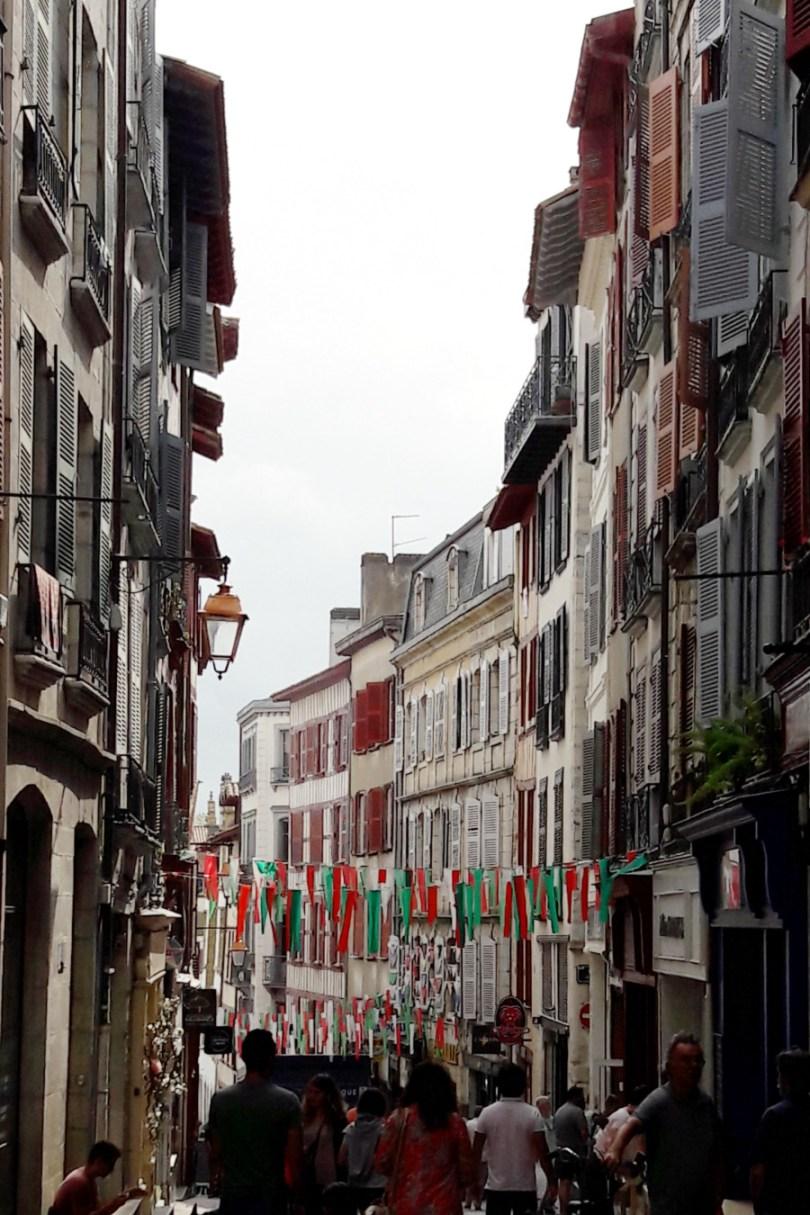 les rues et les volets en bois typiques de la ville de Bayonne au pays basque | Mon petit balcon