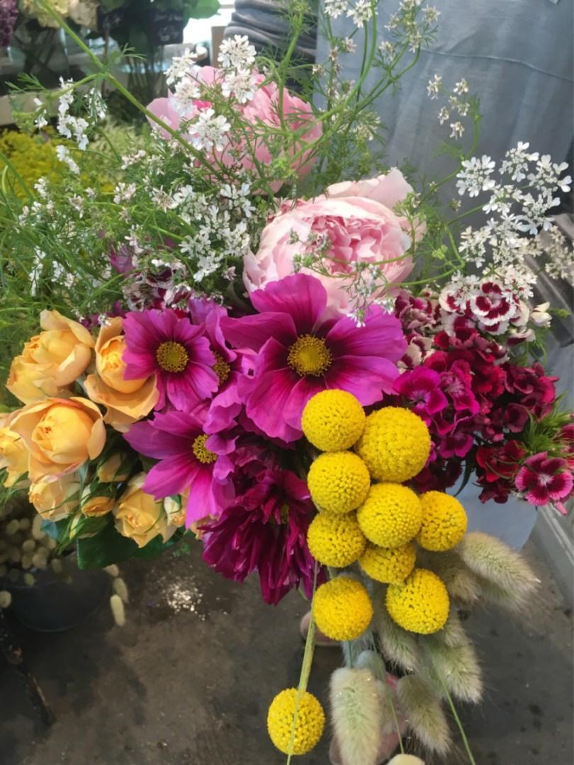 bouquet de fleurs locales et de saison avec des oeillets de poète