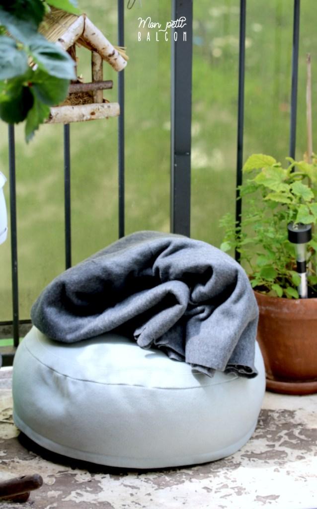 coussin de sol pouf gris bleu clair et plaide gris foncé doux