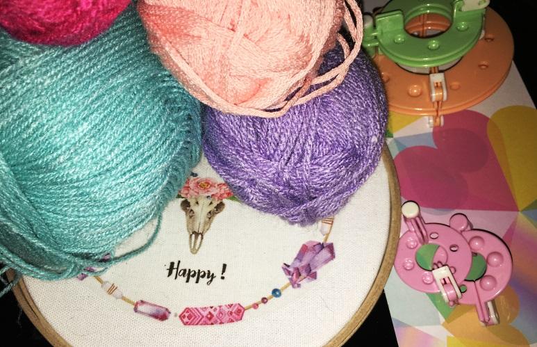 happy toile sur tambour et laine