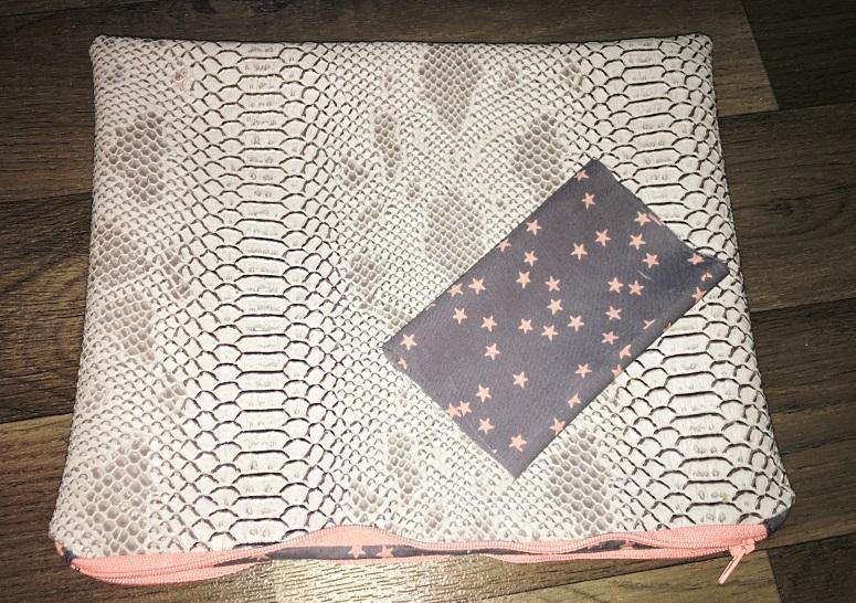pochettes simili gris doublure grise