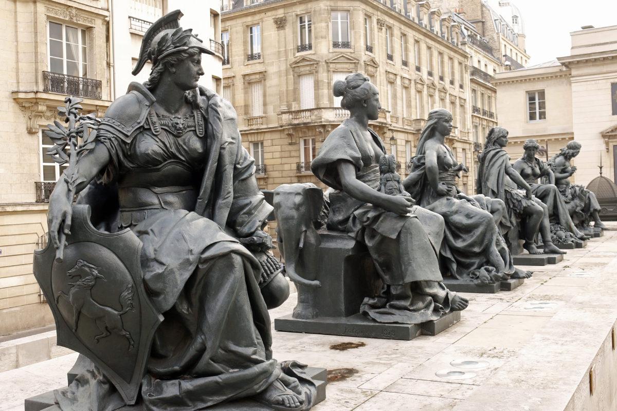 exposition-universelle-vestiges-paris-monsieur-madame-statues-continents