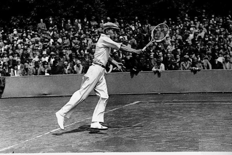 René Lacoste contre Bororta en 1925. Source: Histoire du tennis