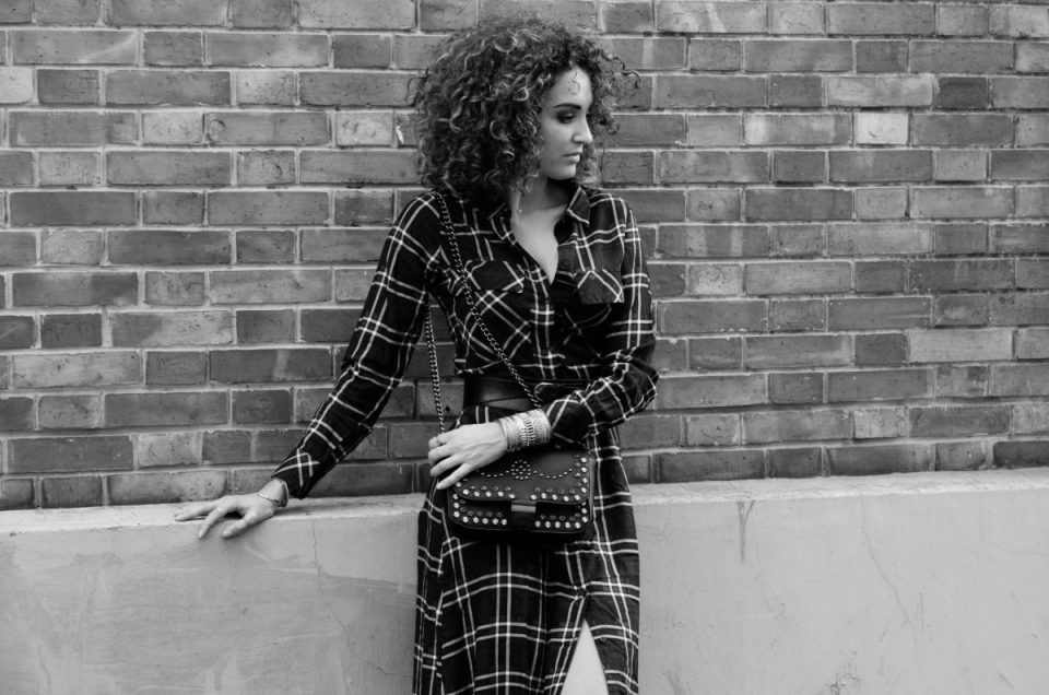 Tendance mode : la robe chemise à carreaux X bottines chaussettes