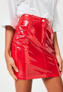 mini-jupe-rouge-en-vinyle