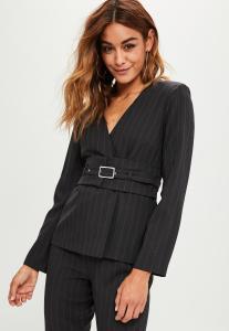 blazer-noir--rayures-et-ceinture