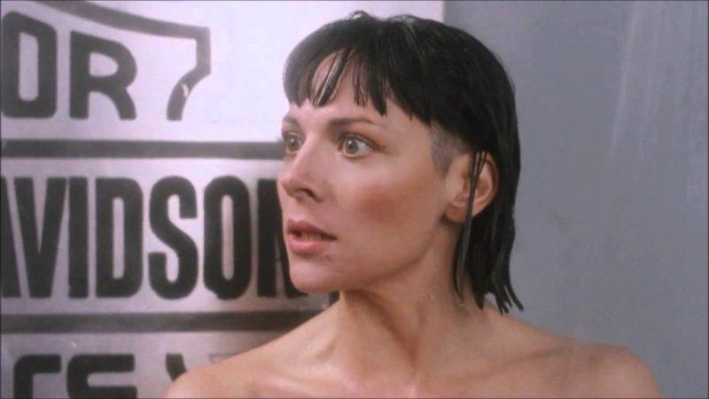 Kim Cattrall doccia in Detective Stone
