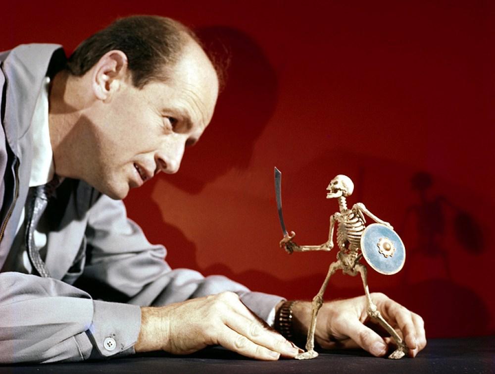 Ray Harryhausen con scheletro