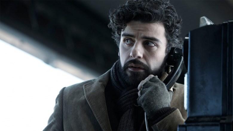Attore Oscar Isaac al telefono