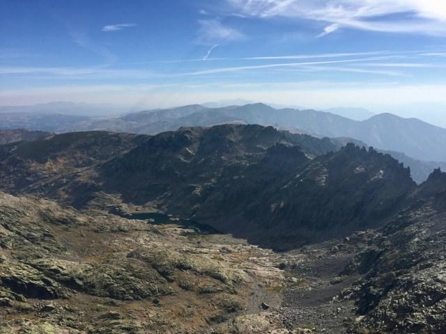 En el centro, la ladera occidental del Morezón vista desde la cima del Almanzor.