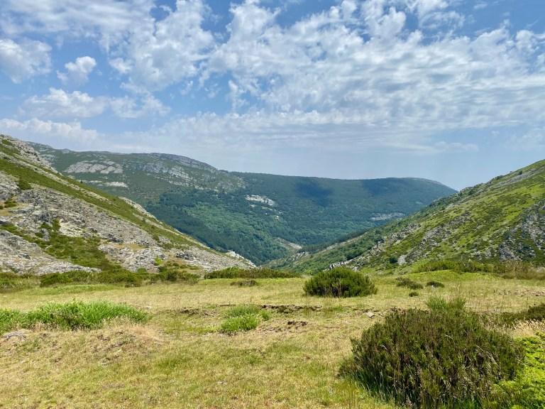 Vista E hacia el Valle del río Zarza. Al fondo, el cordal de la Escaleruela.