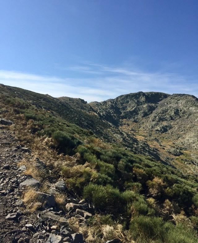 Subiendo por la Vereda al Refugio del Rey. Al fondo, los Altos del Morezón.