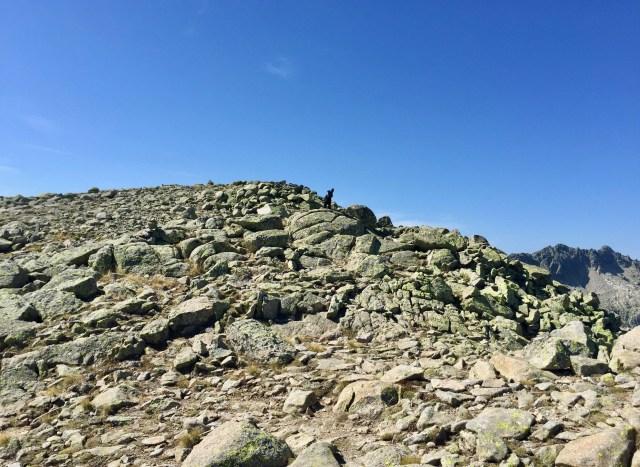 Arriba, Plumas encaramado en la cima superior de los Altos del Morezón.