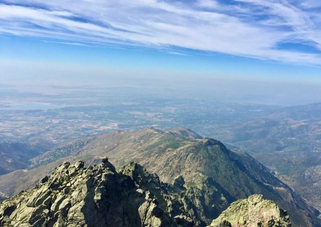 Vista SO hacia el Valle del Tiétar. Abajo, el cordal de Risco Redondo y Peña de Chilla.