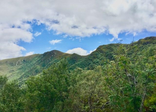 Arriba, el Pico Formigueiros (izda) y el Teso das Papoulas (dcha).
