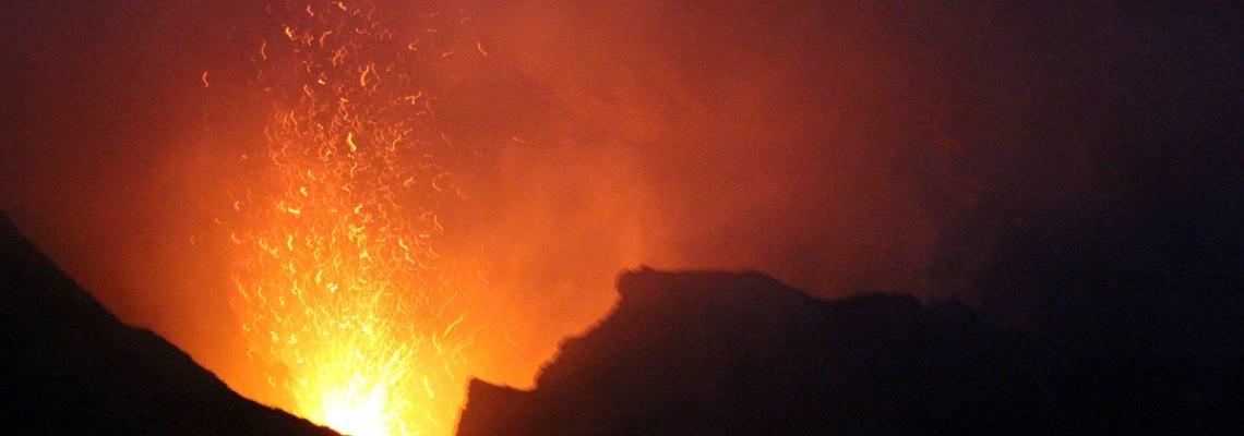Lava en la oscuridad: la magia de ver un volcán en erupción (volcán Stromboli)