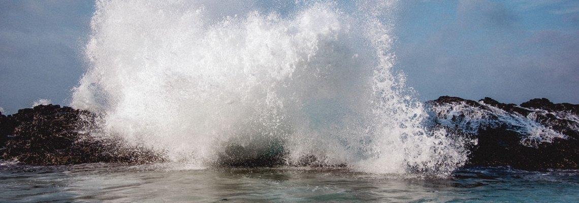 Ola y adiós. (O cuando el mar te roba una cámara pero te regala un recuerdo imborrable).